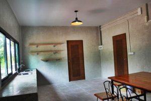 ห้องครัวบ้านชั้นเดียว สไตล์โมเดิร์นลอฟท์ ผนังปูนเปลือย